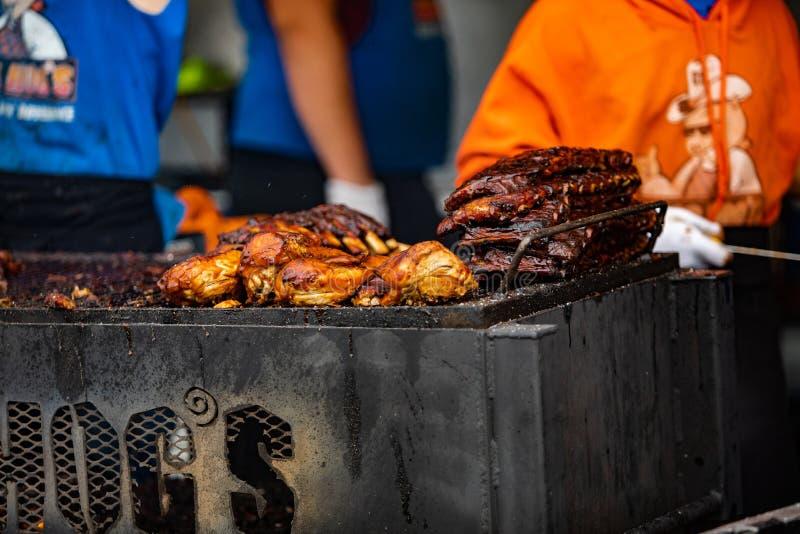 2019-06-01 Windsor, pollo delle costole di festival dell'alimento di Ontario Canada Ribfest ha tirato la griglia del barbecue del fotografia stock