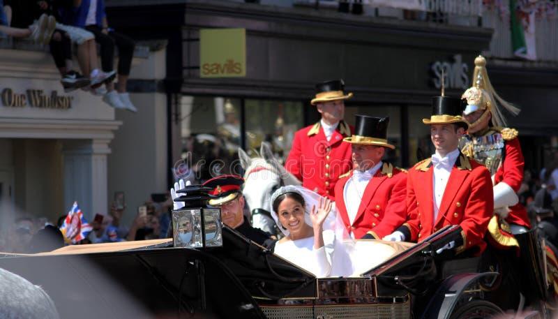 Windsor UK - 19/5/2018: Bröllopprocessionen för prinsen Harry och Meghan Markle till och med gator av Windsor drar tillbaka däref arkivbilder