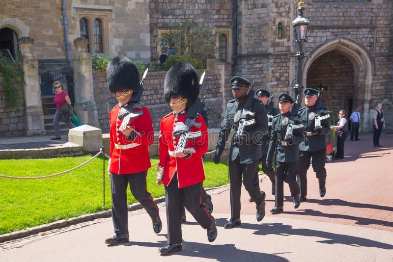 Windsor, UK Ludzie ogląda strażową zmiany paradę w Windsor roszują Próba chodząca orkiestra i strażnik obrazy stock