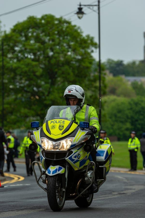 Windsor, UK - Maj 18 2019: Gospodarstwo domowe Koszaruje kawaleria zaznacza ich odjazd od Comberme zdjęcia stock