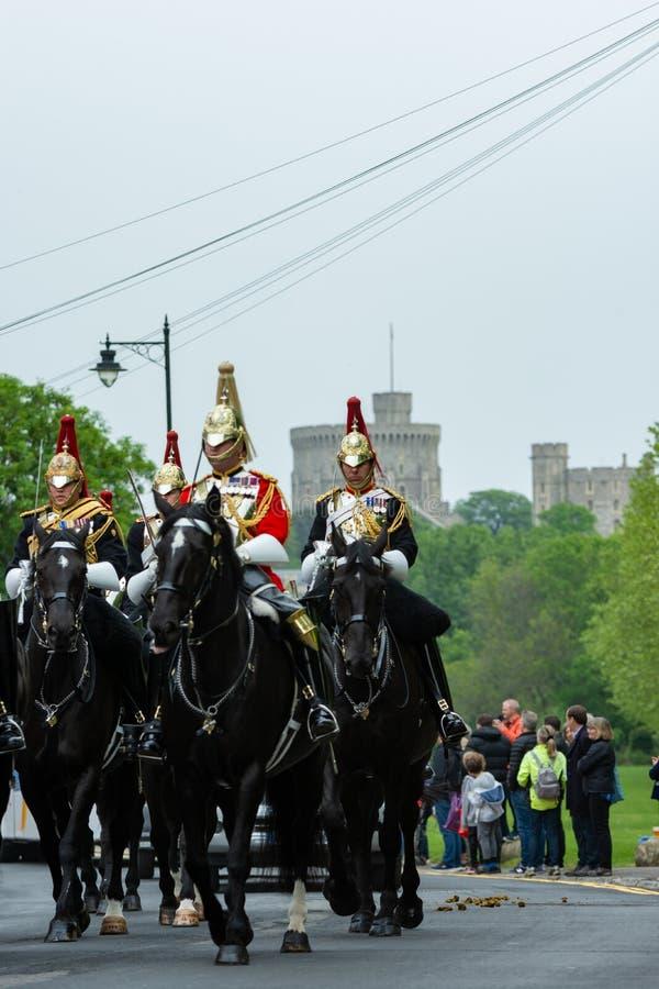 Windsor, UK - Maj 18 2019: Gospodarstwo domowe Koszaruje kawaleria zaznacza ich odjazd od Comberme fotografia stock