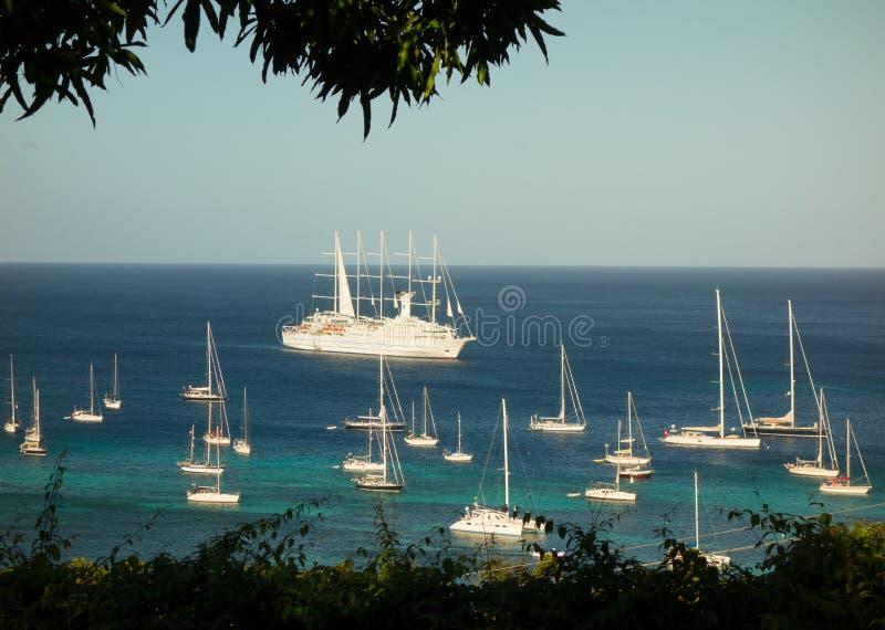 Windstar ankomma för seglingskepp på en port i det karibiskt fotografering för bildbyråer