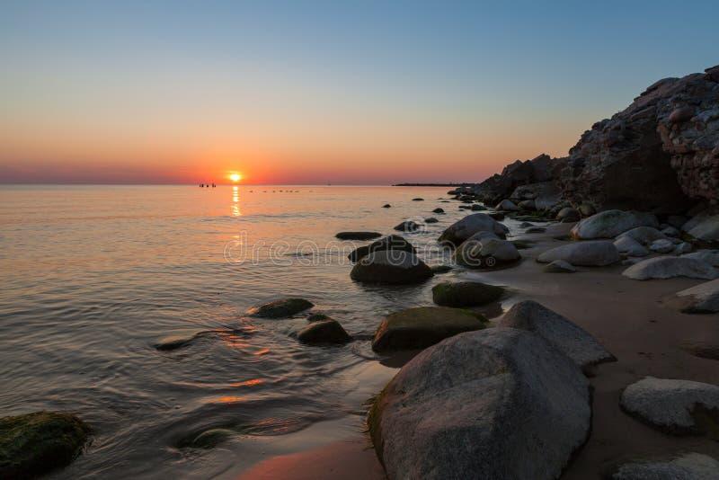 Windstilles Wetter ein Sonnenuntergang auf Ostseeküste lizenzfreie stockfotos