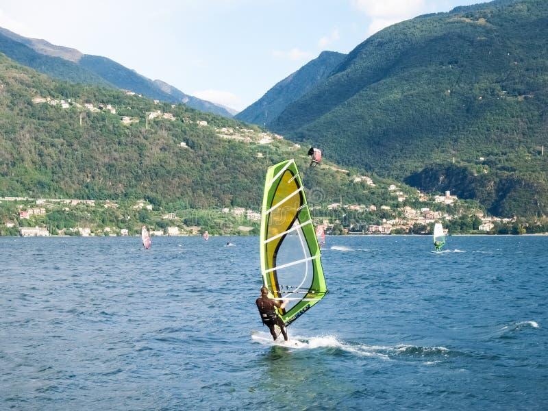 Windsurf ε Kitesurf στη λίμνη στοκ φωτογραφία