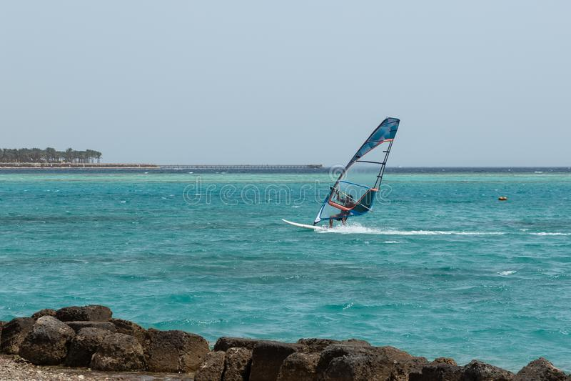 Windsurfe, homem novo do windsurfer no para windsurf fotos de stock royalty free