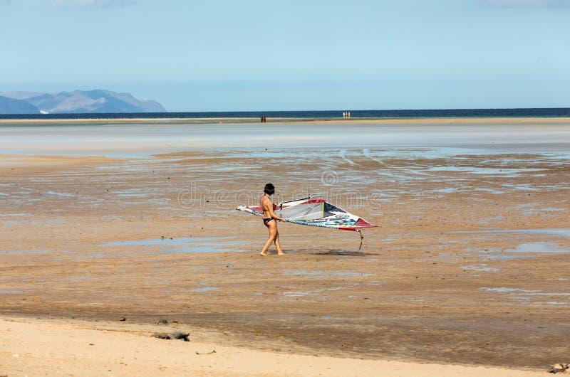 Windsurfe na praia de Costa Calma Fuerteventura imagem de stock royalty free
