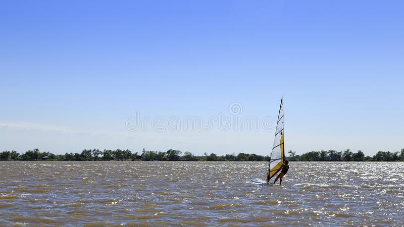 Windsurfe praticando do homem no Parana River, Rosario, Argentina fotografia de stock royalty free