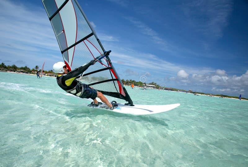 Windsurfen des alten Mannes auf Bonaire stockbilder