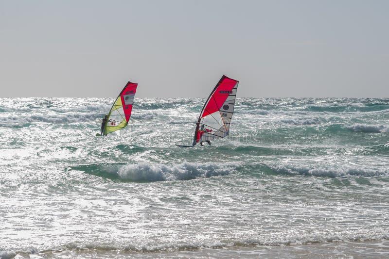 Windsurfen in Lobos-Inseln und Corralejo-Dünen in Fuerteventura, Kanarische Inseln, Spanien stockfotos