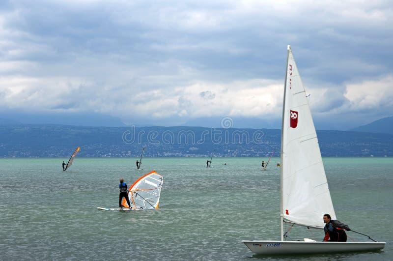 Windsurfen und Segeln auf Genfersee, die Schweiz stockfotografie