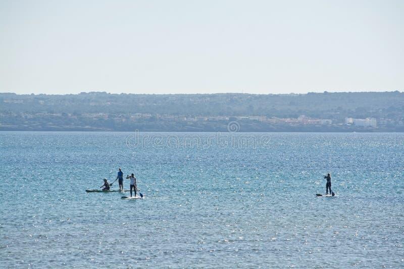 Windsurfensegel auf blauer Palma-Bucht an einem sonnigen Wintertag stockbild