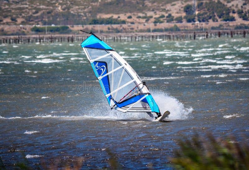 Windsurfer в действии стоковое фото