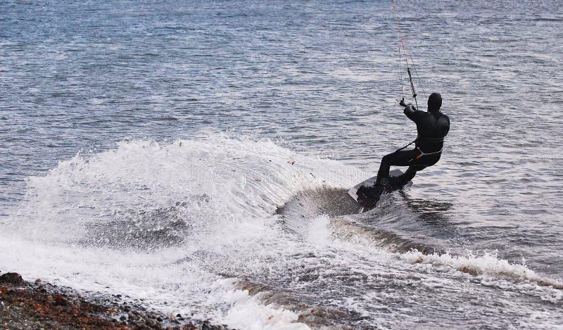 Windsurfer делая гигантский поворот стоковое изображение