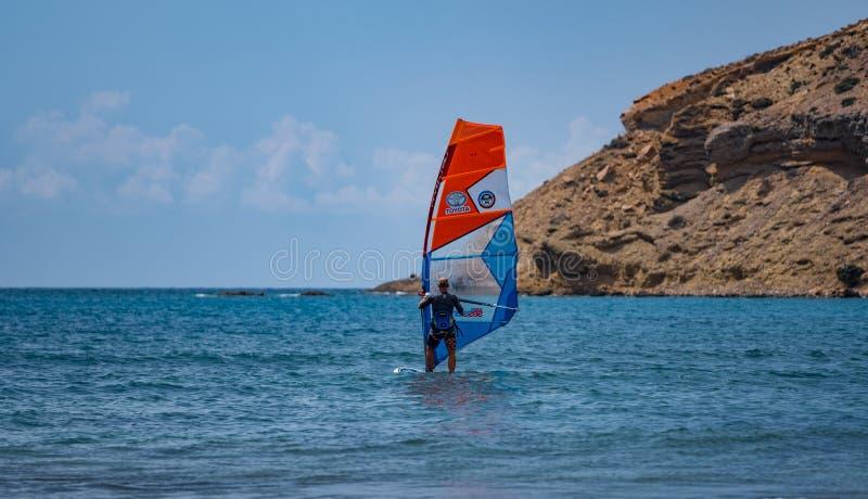 Windsurfer на море на предпосылке утеса стоковые изображения
