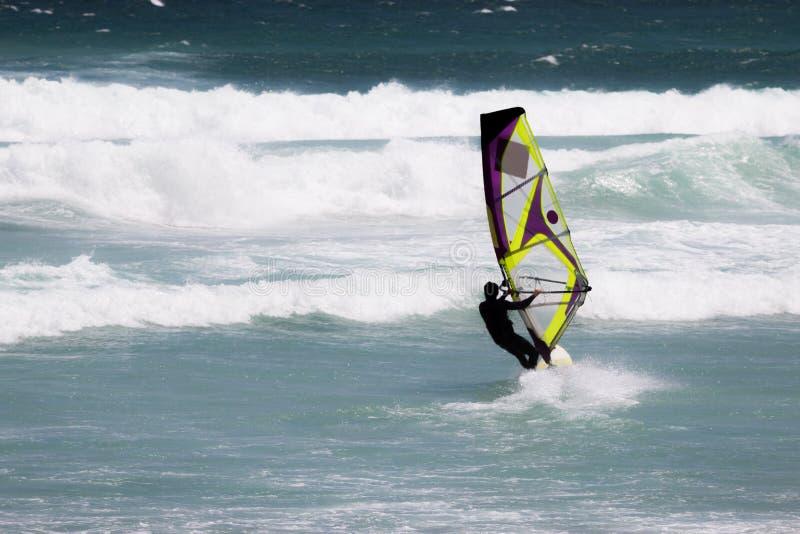 Windsurfer in actie dichtbij Cape Town stock afbeelding
