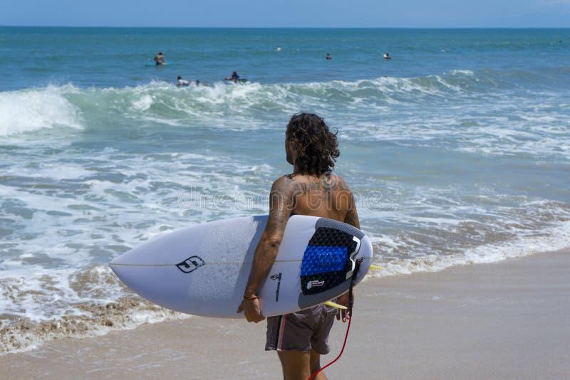 Windsurfer alla spiaggia immagini stock