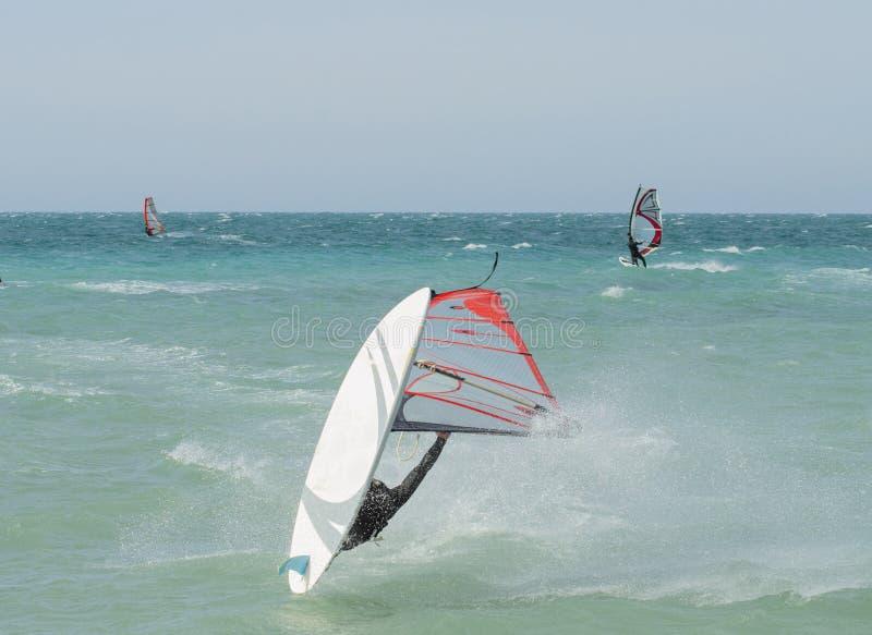 windsurfer atleet die extreme windsurfing trucs en sprongen in het Gebied van Anapa uitvoeren Krasnodar royalty-vrije stock afbeelding