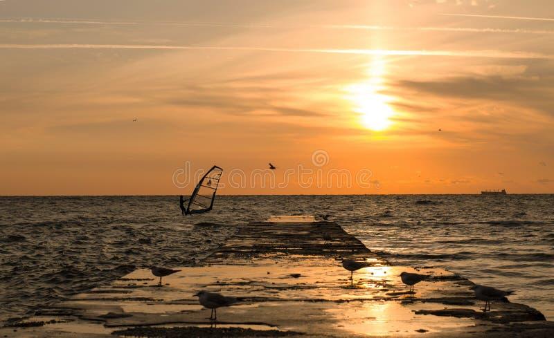 Windsurfer auf der Dämmerung lizenzfreies stockbild