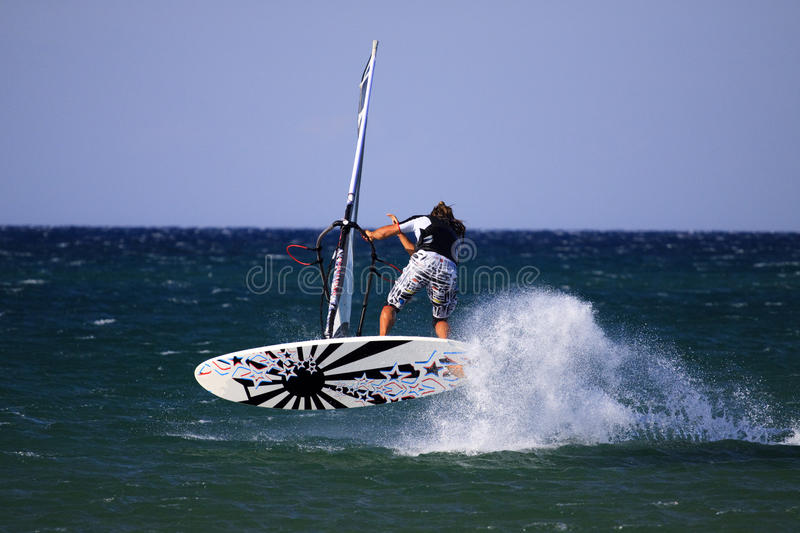 Windsurfer effectuant le spock. photographie stock