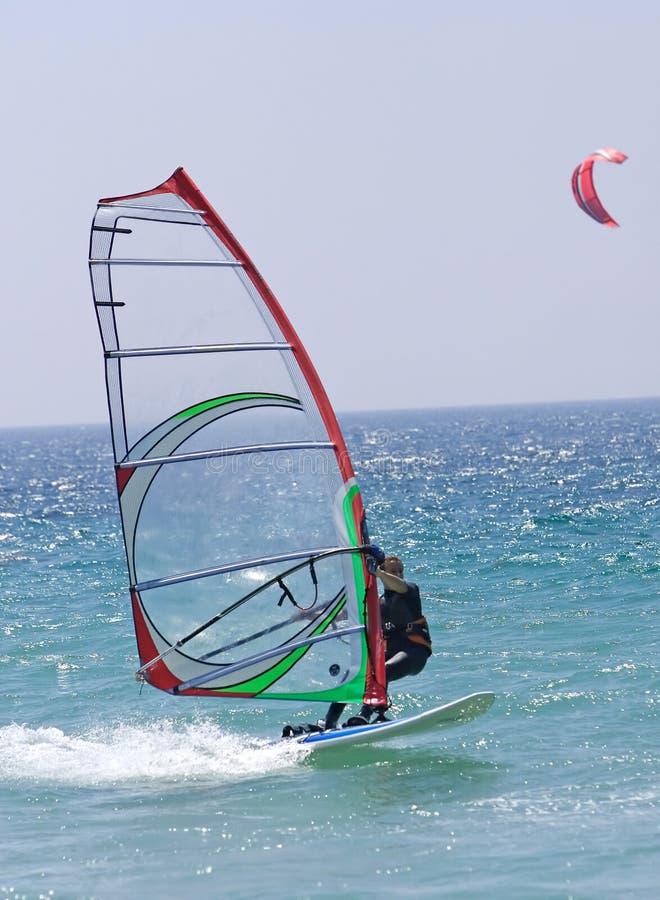 Windsurfer en la playa asoleada de Tarifa en España meridional imagenes de archivo