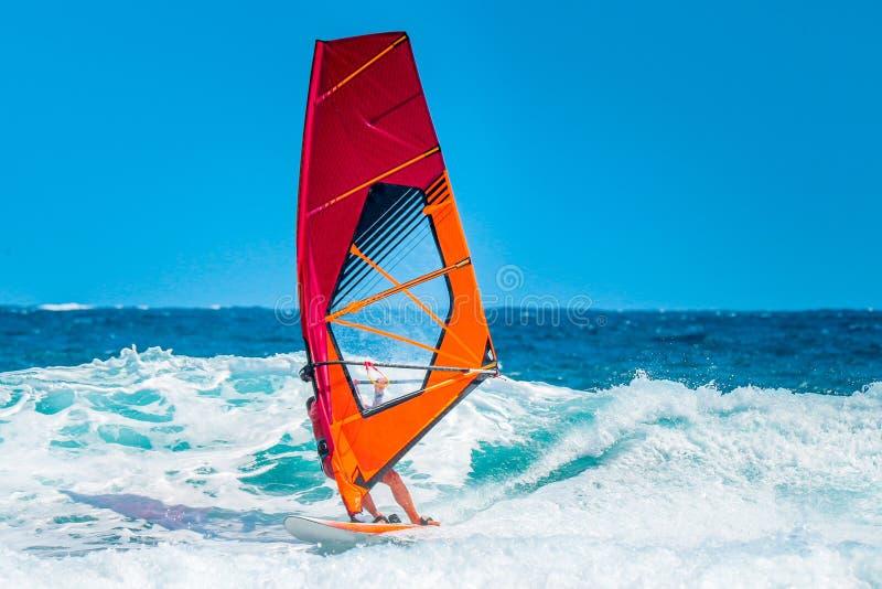 Windsurfer jedzie fale podczas pogodnego lata popołudnia zdjęcia royalty free