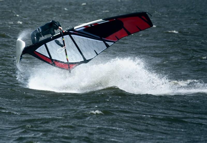 Windsurfer no salto imagem de stock