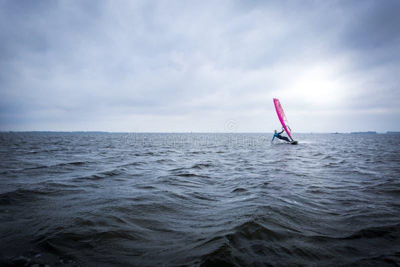 Windsurfer op een groot meer royalty-vrije stock foto's