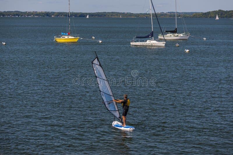 Windsurfer op Meer Mendota, Madison, Wisconsin stock foto's