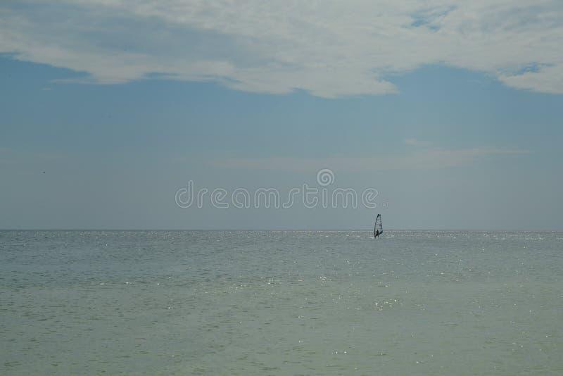 Windsurfer op zee royalty-vrije stock foto's