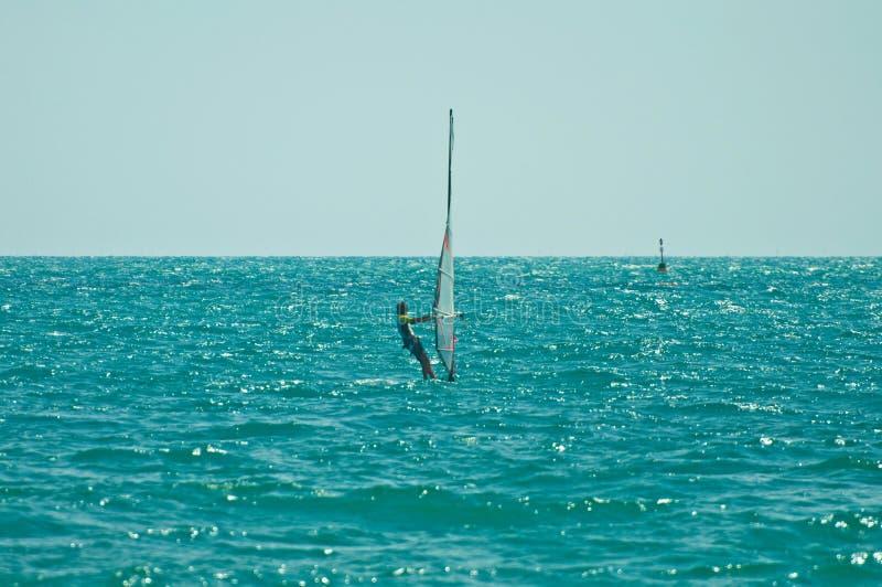 Windsurfer przejażdżka wiatr obrazy stock