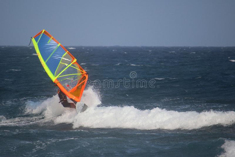 Windsurfer que monta as ondas do EL Medano de Oceano Atlântico, Tenerife, Espanha fotos de stock