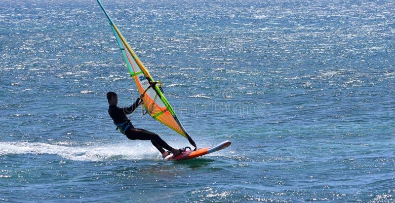 Windsurfer que se mueve a la velocidad en el océano fotos de archivo
