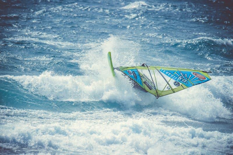 Windsurfer Sánchez Omar na ação durante o campeonato do mundo do windsurf imagens de stock royalty free