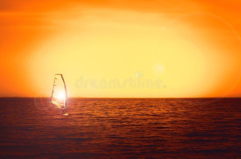 Windsurfer sylwetka przy dennym zmierzchem Piękny plażowy seascape Lat watersports aktywność, wakacje i podróż, fotografia royalty free