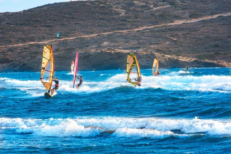Windsurfers и kitesurfers едут на пляже Родосе Prasonisi, Греции стоковые фото