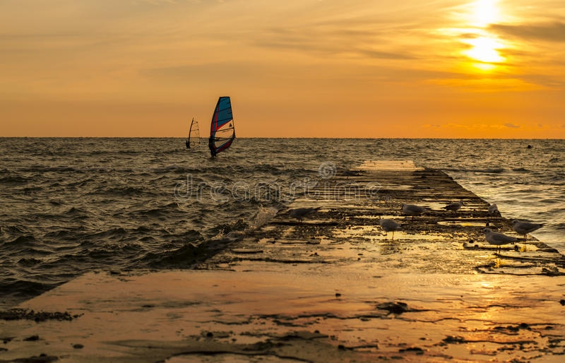Windsurfers auf dem Sonnenaufgang stockfoto