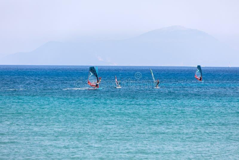 Windsurfers die over Vasiliki Beach in het Eiland van Lefkada varen, royalty-vrije stock foto