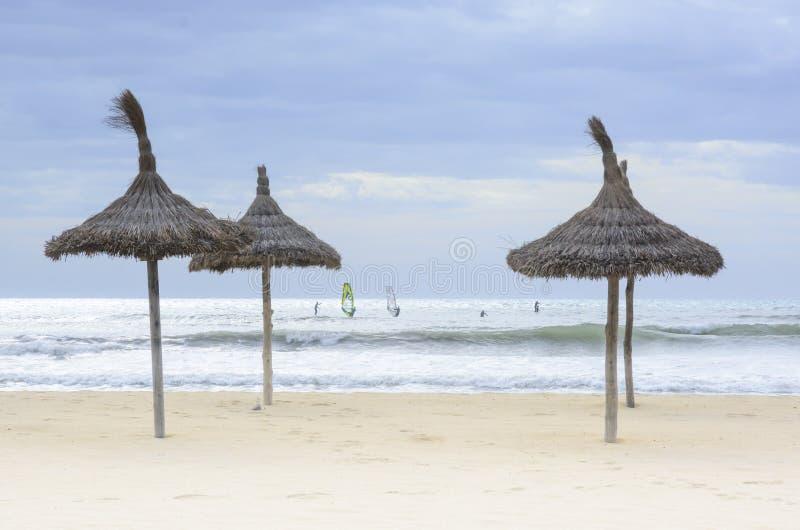 Windsurfers en parasols November royalty-vrije stock foto's