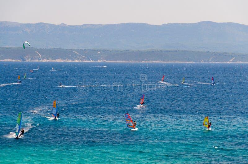 Windsurfers na wodzie Bol zatoki Brac wyspa, Adriatycki morze, Croa zdjęcie royalty free