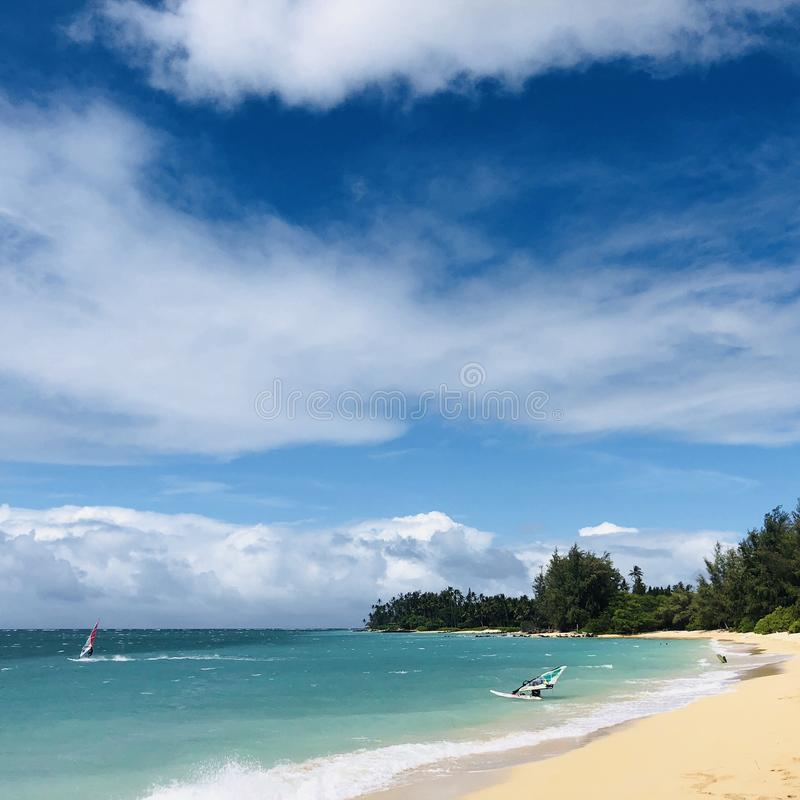 Windsurfers przy Kahana w Maui zdjęcie stock