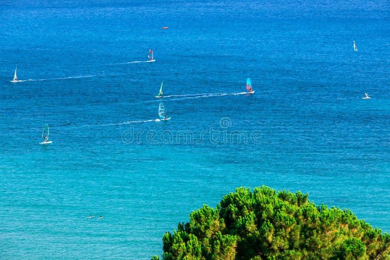 Windsurfers que navegam através de Vasiliki Beach na ilha de Lefkada, fotos de stock royalty free