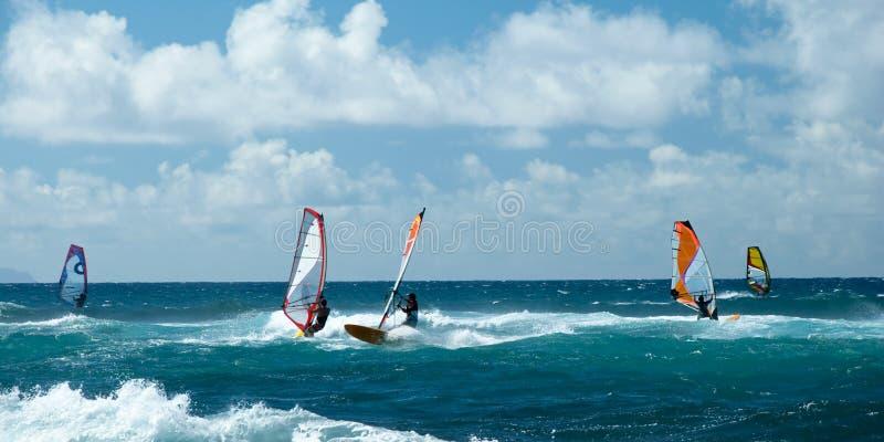 Windsurfers in winderig weer op het Eilandpanorama van Maui stock afbeeldingen