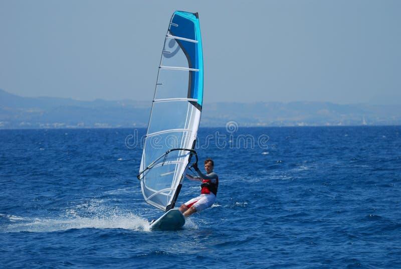 Windsurfing in Bewegung stockfotos