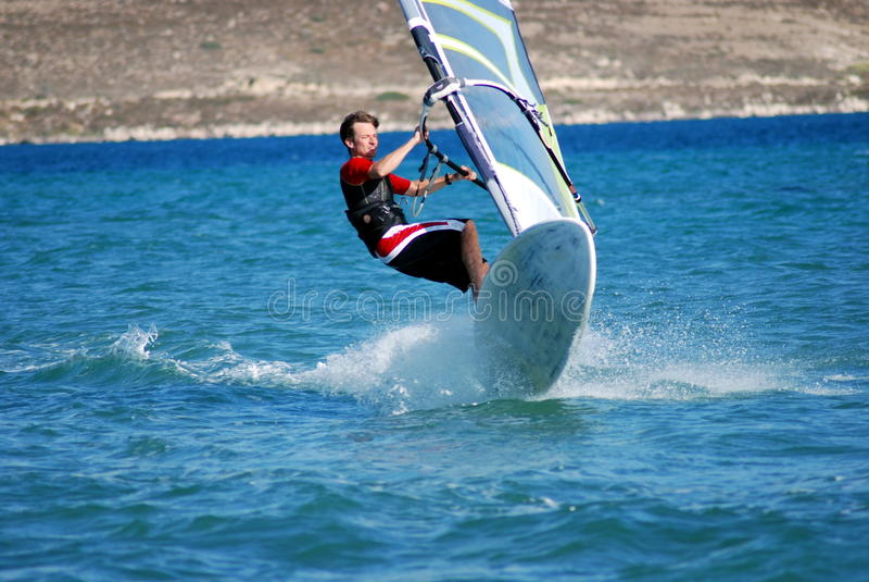 Windsurfing in Bewegung lizenzfreie stockfotografie