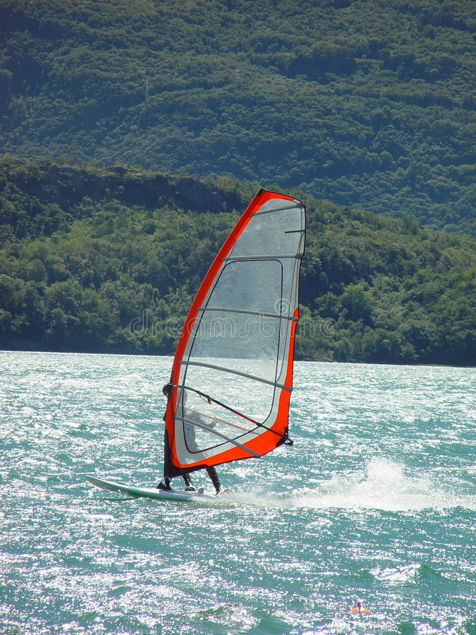 Windsurfing dans Domaso photos stock