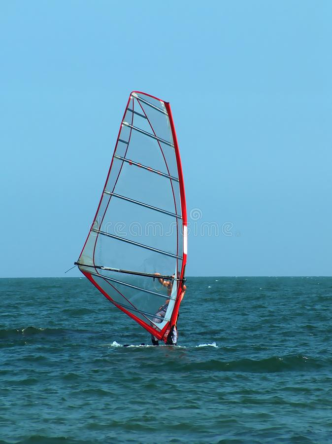 Windsurfing in het overzees Zwem op de raad in het overzees royalty-vrije stock foto's
