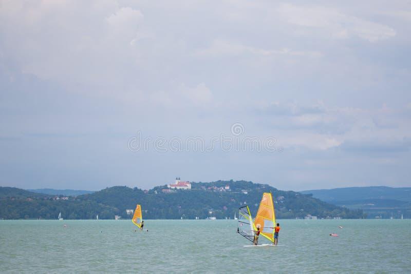 Windsurfing op Balaton-meer stock afbeelding