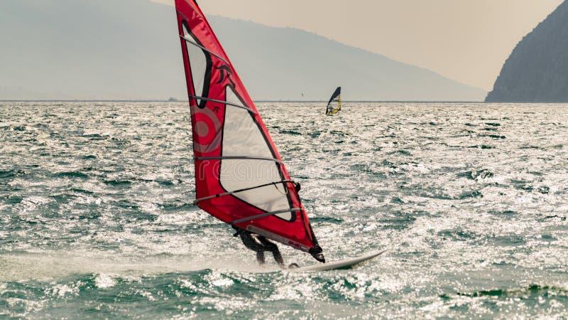 Windsurfing op Meer Garda, Italië royalty-vrije stock afbeelding
