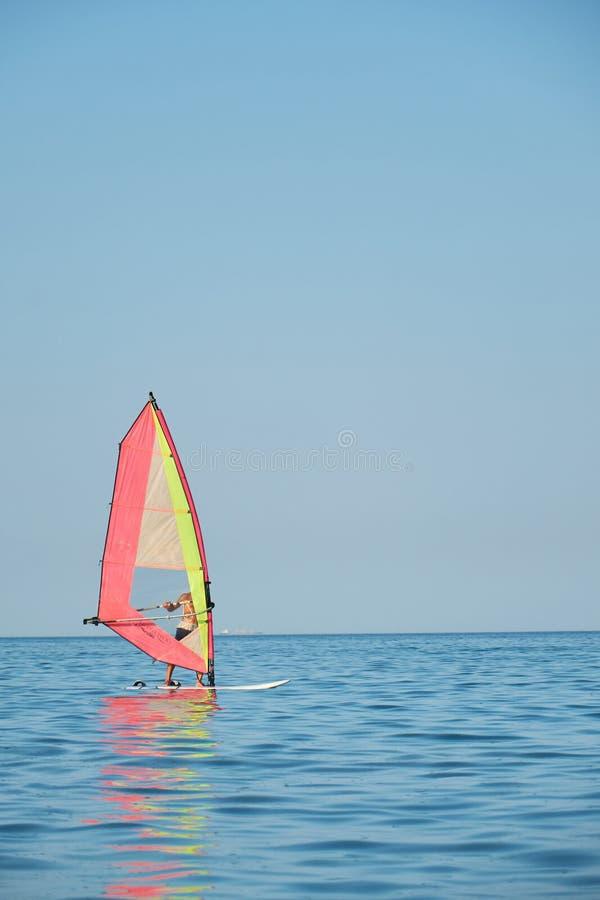 Windsurfing, Pret in de oceaan, Extreme Sport op overzeese achtergrond royalty-vrije stock afbeeldingen