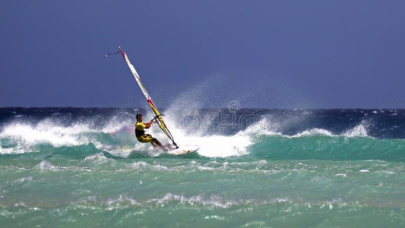 Windsurfing Risco del Paso στην παραλία, Fuerteventura, Κανάρια νησιά στοκ εικόνα